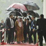 「映画のパロディーみたい!」サウジの王様、7本の傘で雨から守られる。海外から驚きの声!