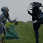 """海外「宇宙人みたいだ」両手が使える""""次世代""""の傘に外国人興味津々!"""