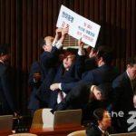 韓国騒然!トランプ国会演説前に「朴槿恵釈放!」のプラカード男が乱入!韓国人から驚きの声!