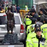 韓国「釜山日本領事近くの歩道に強制徴用工像を設置したよ!」狂信徒集団だ!法治国家なのか?の声